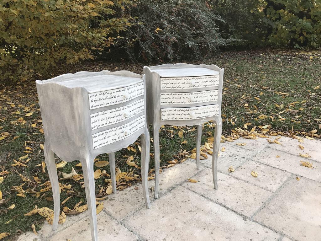 old white et graphite d'annie sloan avec transfert pelliculable sur tables de nuit